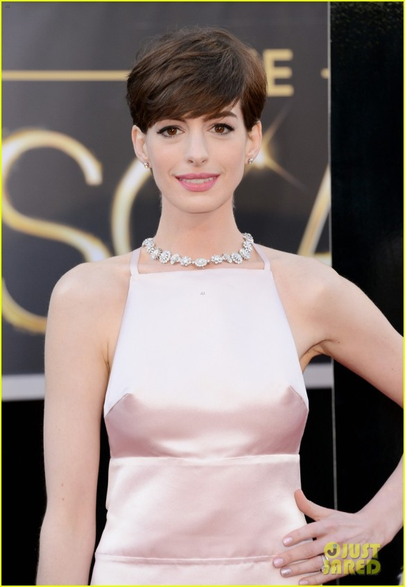 anne-hathaway-oscars-2013-red-carpet-06